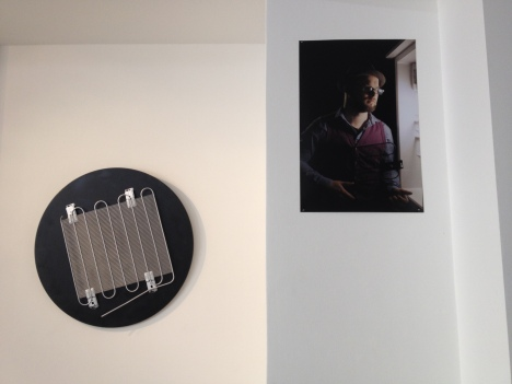 Installation dialogue: Zero size glamour / Stephan Halter (left); FRIDGE Photo portrait by Verónica Losantos after S.Halter