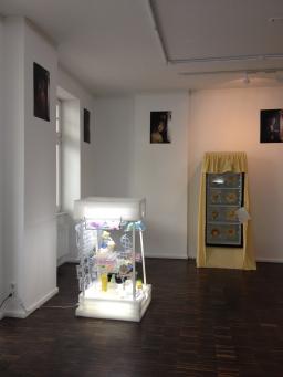 Installation view at Entretempo Kitchen Gallery / Dass man Kunst nicht essen kann / Stephanie Hanna, 2015 (left)